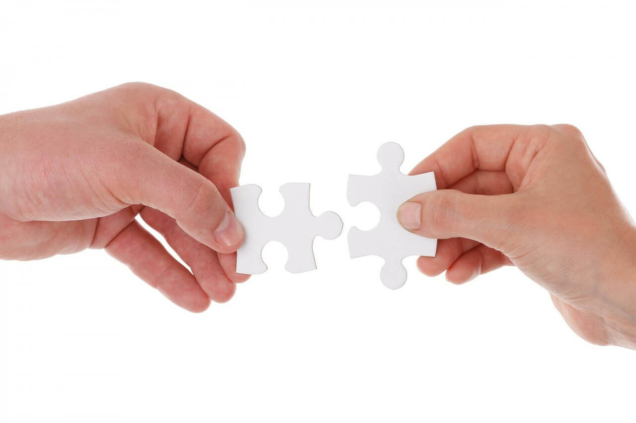 2 pieces of a jigsaw that can be perfectly integrated to give a complete look, like the process of Content Marketing and SEO.